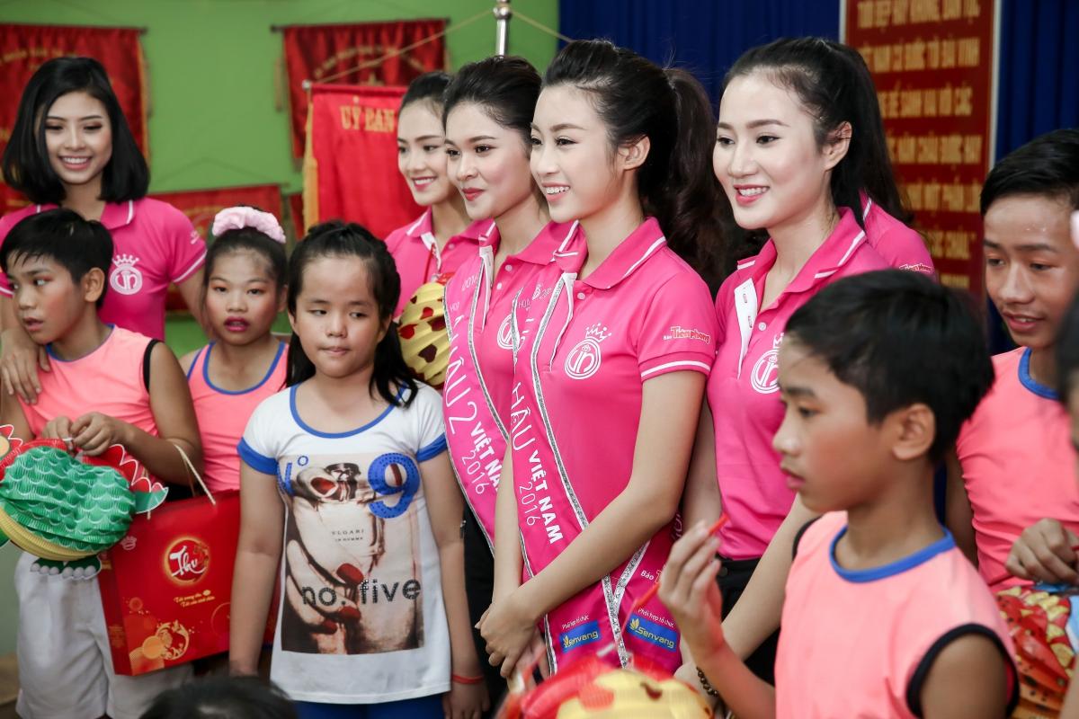 Hoa hậu Đỗ Mỹ Linh trao quà từ thiện cho các em nhỏ