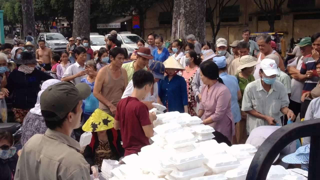 Phát cơm từ thiện cho những người dân cơ nhỡ